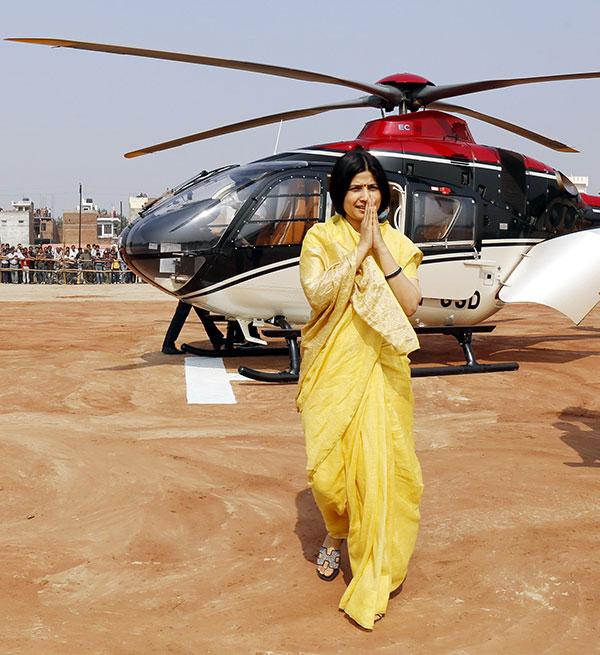 कानपुर में हेलीकाप्टर से उतरकर जनता का हाथ जोड़कर अभिवादन करतीं सपा सांसद डिंपल यादव