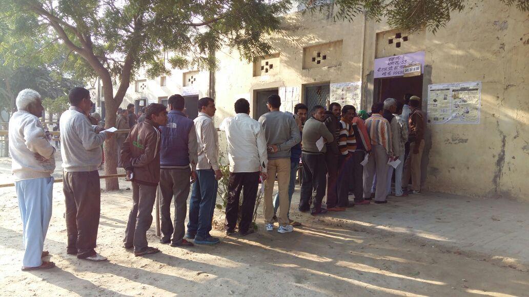मतदान के लिए कतार में लगे वोटर