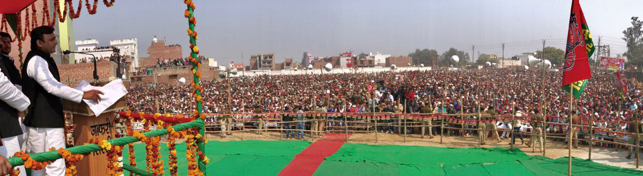 संभल में अखिलेश यादव चुनावी रैली को संबोधित करते हुए