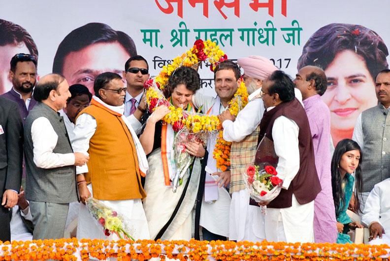 प्रियंका और राहुल का माला पहनाकर स्वागत करते कांग्रेस कार्यकर्ता