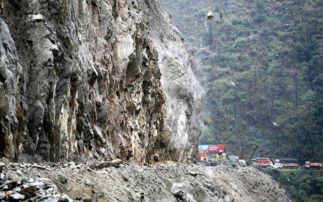 जम्मू और कश्मीर घाटी में बारिश और भूस्खलन की वजह से श्रीनगर- जम्मू राष्ट्रीय राजमार्ग लगातार दूसरे दिन भी बंद