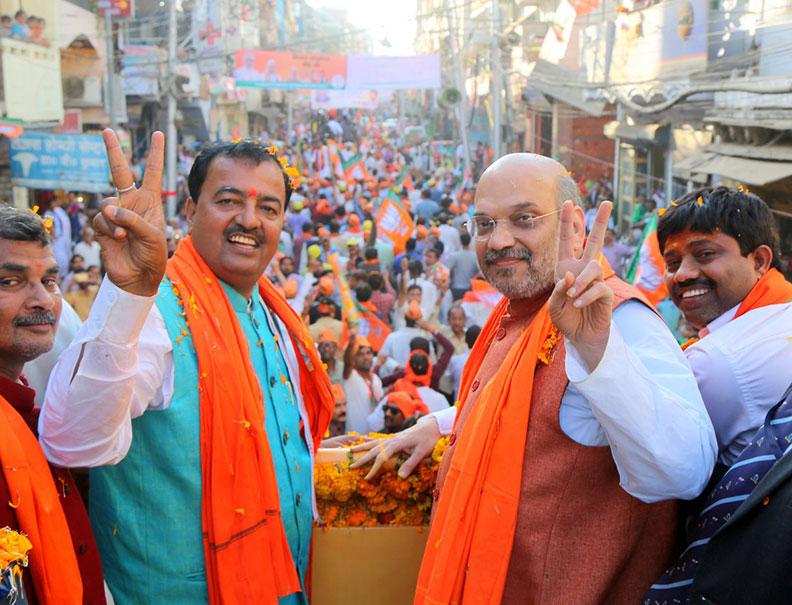 भाजपा अध्यक्ष अमित शाह और केशव प्रसाद मौर्य इलाहाबाद में रोड शो के दौरान