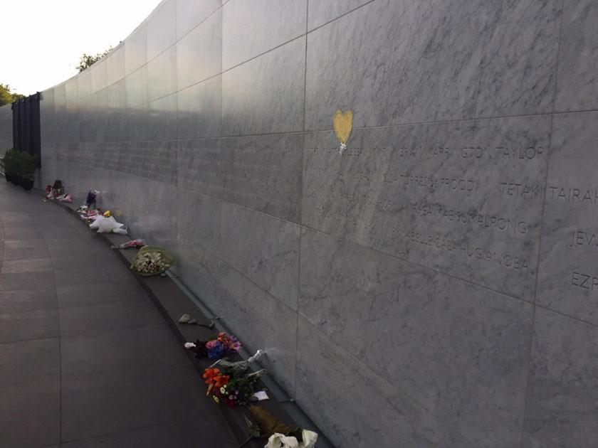 दीवार का अनावरण किया गया जिस पर भूकंप में मरने वालों के नाम लिखें गये