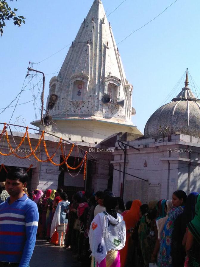 बलरामपुर के प्रसिद्ध झारखंडी मन्दिर पर महाशिवरात्रि पर श्रद्धालुओं की लम्बी कतार