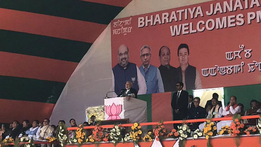 प्रधानमंत्री नरेंद्र मोदी चुनावी रैली को संबोधित करते हुए