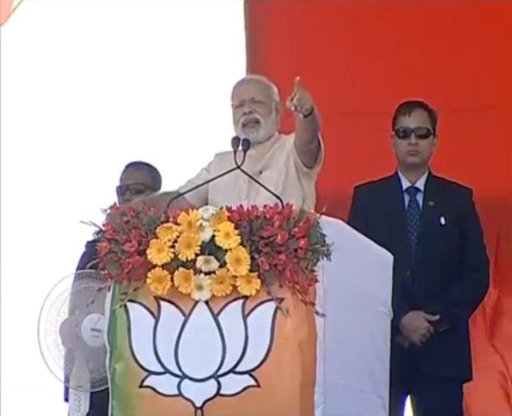 प्रधानमंत्री नरेंद्र मोदी मऊ में चुनावी रैली को संबोधित करते हुए