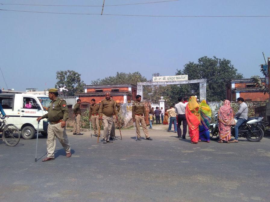 बलरामपुर में एक मतदान केन्द्र के बाहर का दृश्य