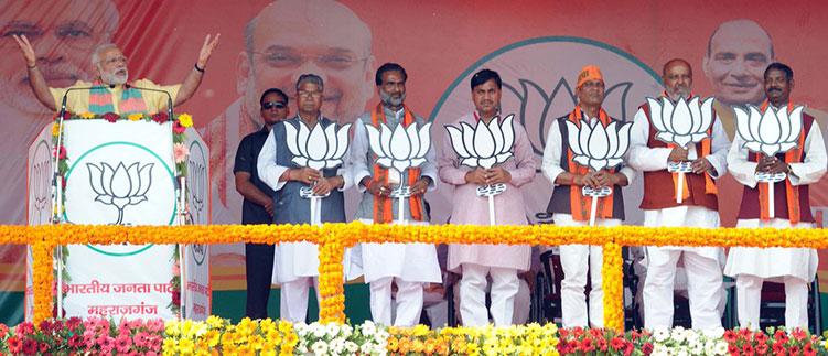 प्रधानमंत्री नरेंद्र मोदी महराजगंज में चुनावी रैली को संबोधित करते हुए