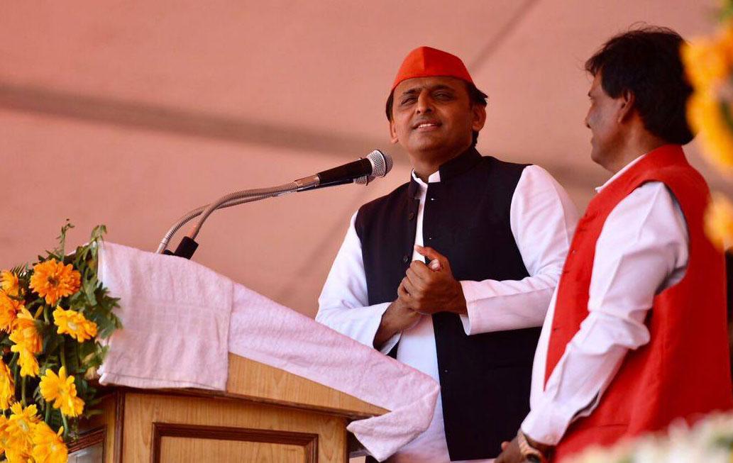 अखिलेश यादव गाजीपुर में चुनावी रैली को संबोधित करते हुए