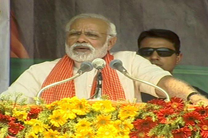 प्रधानमंत्री नरेंद्र मोदी मिर्जापुर में चुनावी रैली को संबोधित करते हुए
