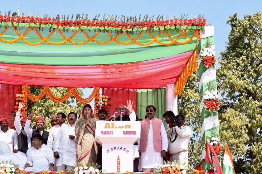 उत्तर प्रदेश के मुख्यमंत्री अखिलेश यादव  जौनपुर में चुनावी रैली को संबोधित करते हुए