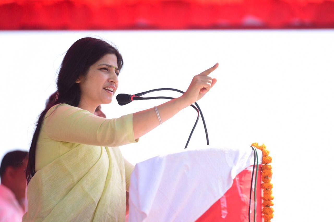 सांसद डिंपल यादव भदोही में चुनावी रैली को संबोधित करते हुए