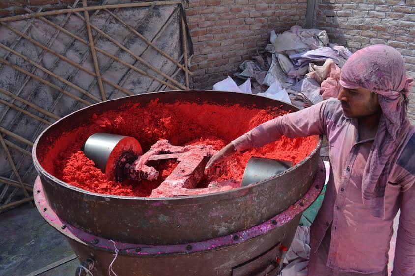 कानपुर से पूरे यूपी में सप्लाई किया जाता है अबीर-गुलाल