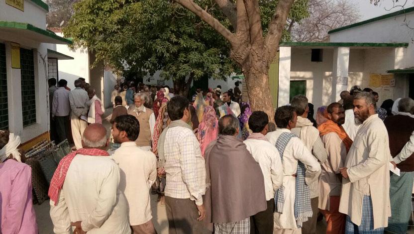 अंतिम चरण में मतदान के लिए लाइन में खड़े मतदाता