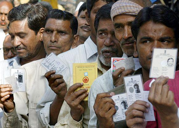 अंतिम चरण में मतदान के लिए कतारबद्ध मतदाता