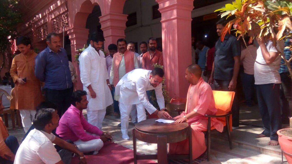 गोरखनाथ मंदिर में सांसद योगी आदित्यनाथ का पैर छूकर आशीर्वाद लेते विधायक अमनमणि त्रिपाठी