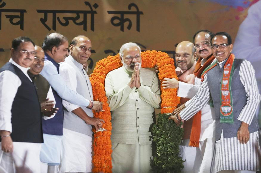 यूपी की ऐतिहासिक जीत के बाद नई दिल्ली पार्टी कार्यालय में पीएम मोदी का माला पहनाकर किया गया स्वागत