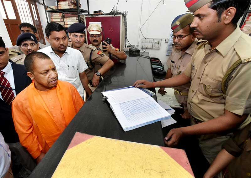 सीएम योगी आदित्यनाथ ने पुलिस स्टेशन का दौरा किया