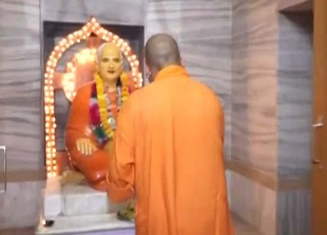 गोरखनाथ मंदिर के गर्भगृह में विशेष पूजा करते सीएम महंथ योगी आदित्यनाथ