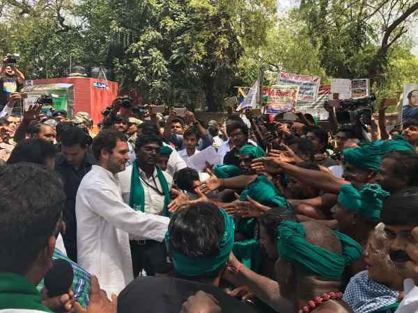 कांग्रेस उपाध्यक्ष राहुल गांधी ने  दिल्ली में जंतर मंतर पर प्रदर्शन कर रहे तमिलनाडु के किसानों से मुलाकात की