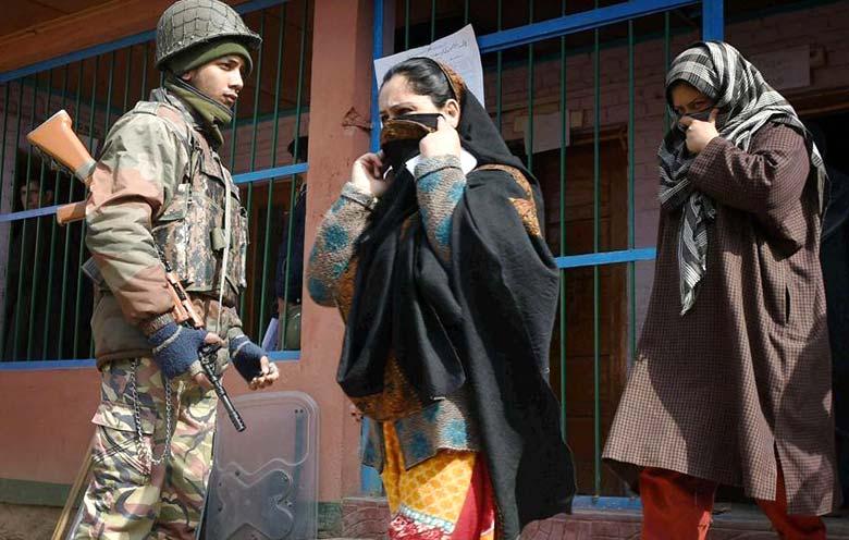 मतदान केंद्र के बाहर सुरक्षा कड़ी
