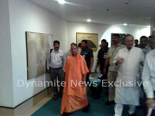 बैठक के बाद बाहर निकलते सीएम योगी और अरुण जेटली
