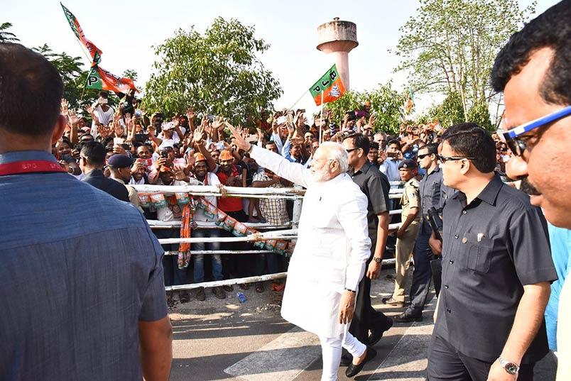 प्रधानमंत्री नरेंद्र मोदी जनता का अभिवादन स्वीकार करते हुए