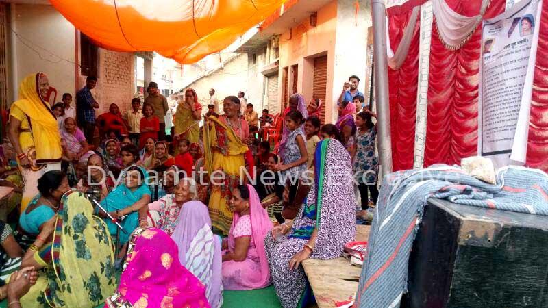 शराब ठेके के विरोध में आजमगढ़ की महिलाए
