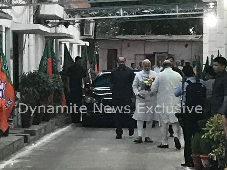 पार्टी मुख्यालय में पीएम मोदी का स्वागत करते अमित शाह