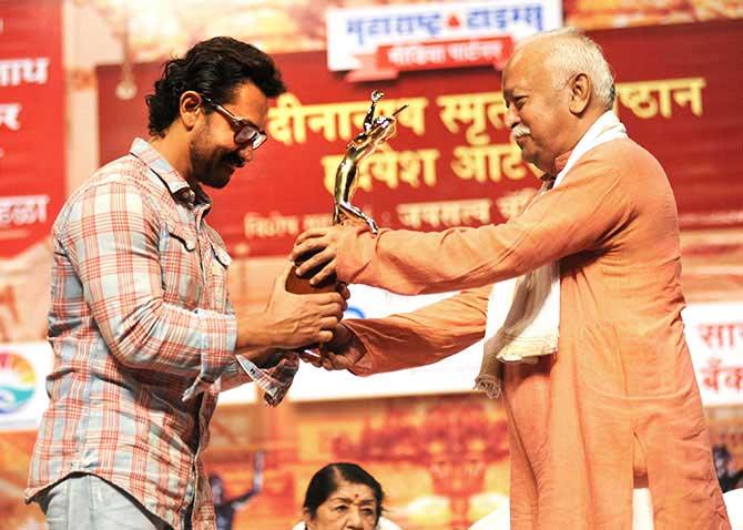 मोहन भागवत  के हाथों अवार्ड लेते आमिर खान