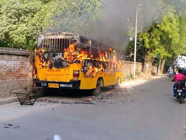 छात्रों ने बस में लगाई आग