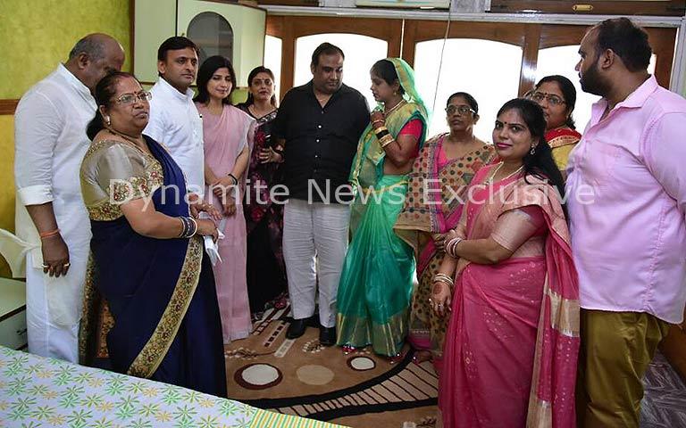 सपा नेता लाल सिंह तोमर के परिवार के साथ अखिलेश और डिंपल यादव