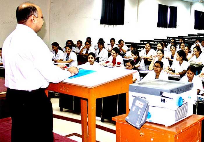 मेडिकल कॉलेज में पढ़ाते प्रोफेसर (फाइल फोटो)