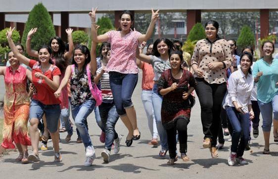 रिजल्ट के बाद जश्न मनाती छात्राएं