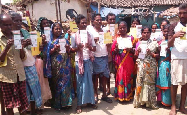 आधार कार्ड दिखाते गांव के सभी लोग