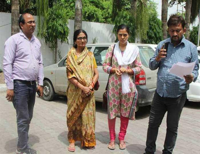 आईएएस अनुराग का परिवार सीएम योगी से मुलाकात करने पहुंचा