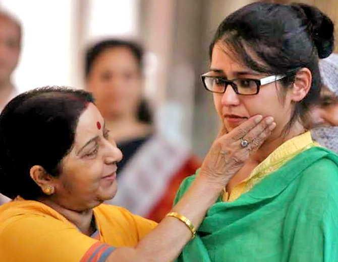 विदेश मंत्री सुषमा स्वराज से मुलाकात करते हुए उज्मा