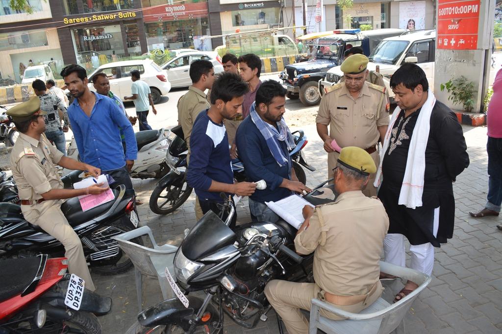 पेट्रोल पंप पर जांच करती पुलिस