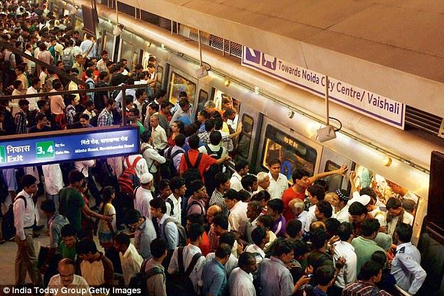 दिल्ली मेट्रो स्टेशन पर यात्रियों की भीड़