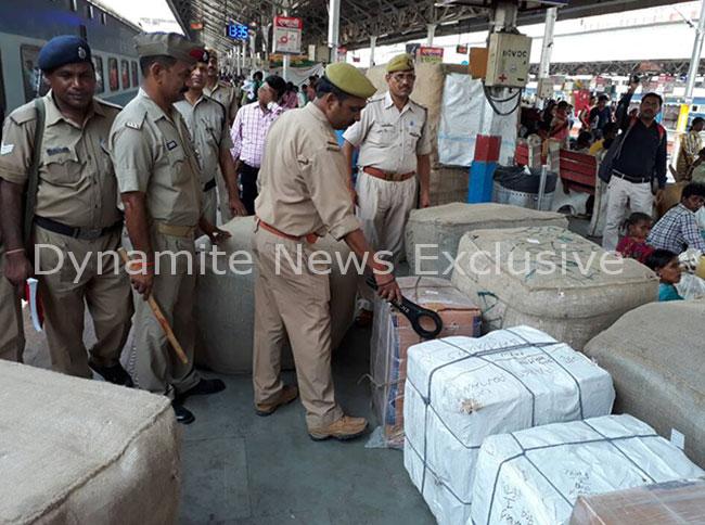 कानपुर सेंट्रल स्टेशन पर चेकिंग करती पुलिस