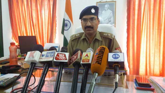 पत्रकारों से बात करते पुलिस अधीक्षक