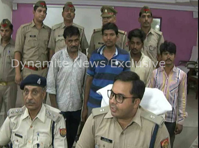 आरोपी को गिरफ्तार कर चोरी का खुलासा करती पुलिस