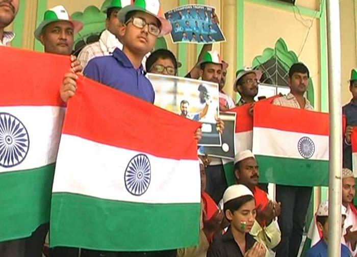 टीम इंडिया की जीत की दुआ मांगते नमाजी