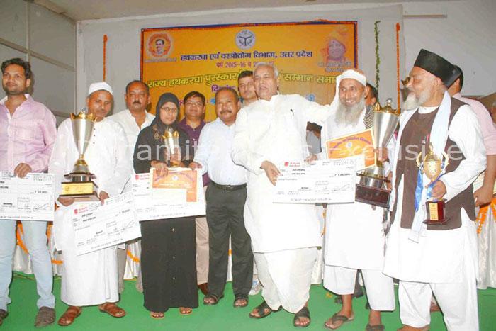 बुनकरों को हथकरघा पुरस्कार से सम्मानित करते  मंत्री सत्यदेव पचौरी
