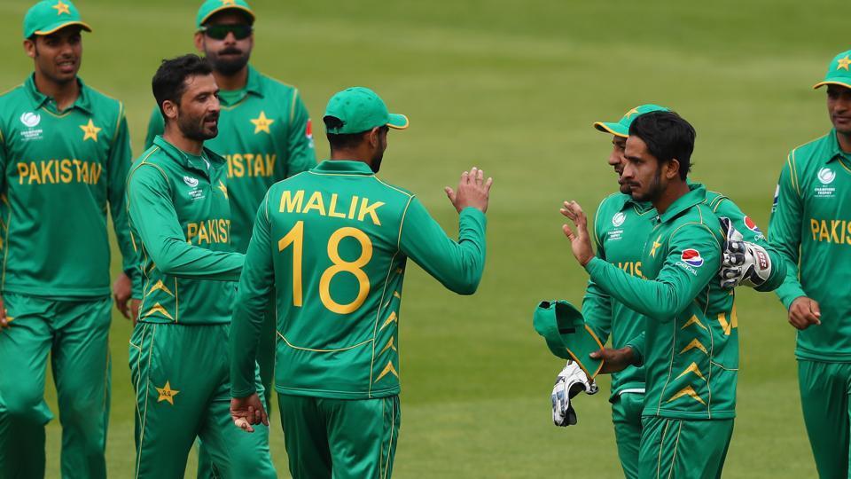 जीत के बाद जश्न मनाते पाकिस्तानी क्रिकेटर