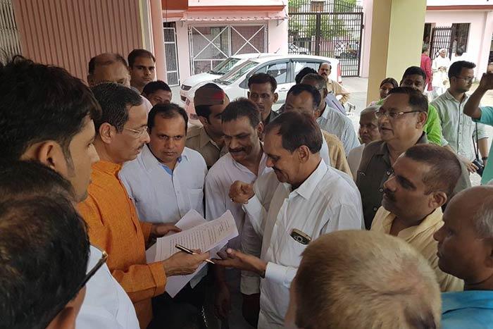 डिप्टी सीएम दिनेश शर्मा से मिले खागा बचाव संघर्ष समिति के लोग