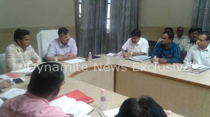 अपर मुख्य सचिव बेसिक शिक्षा राज प्रताप सिंह अधिकारियों के साथ समीक्षा बैठक करते हुए