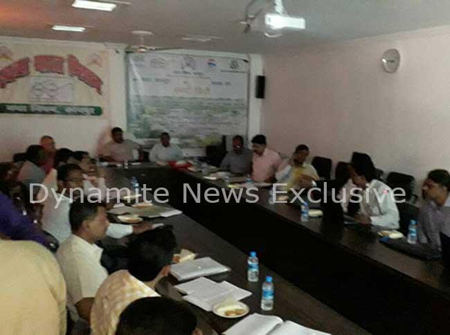 टेंडर कम्पनियों के साथ मीटिंग करते नगर आयुक्त अविनाश सिंह