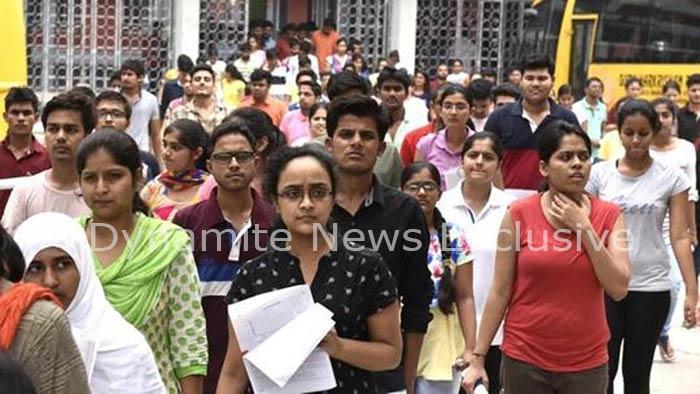 परीक्षा देकर निकलते परीक्षार्थी (फाइल फोटो)