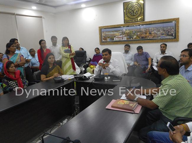 डीएम सुरेंद्र सिंह ने लोगों को आवंटन पत्र बांटा